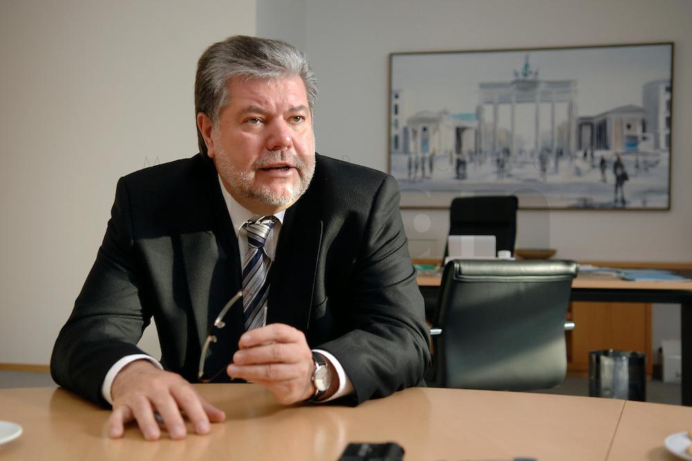 08 JAN 2007, BERLIN/GERMANY:<br /> Kurt Beck, SPD Parteivorsitzender und Ministerpraesident Rheinland-Pfalz, waehrend einem Interview, in seinem Buero, Willy-Brandt-Haus<br /> Kurt Beck, Party Leader of the Social Democratic Party, during an interview, in his office, Willy-Brandt-Haus<br /> IMAGE: 20070108-01-066<br /> KEYWORDS: Ministerpräsident