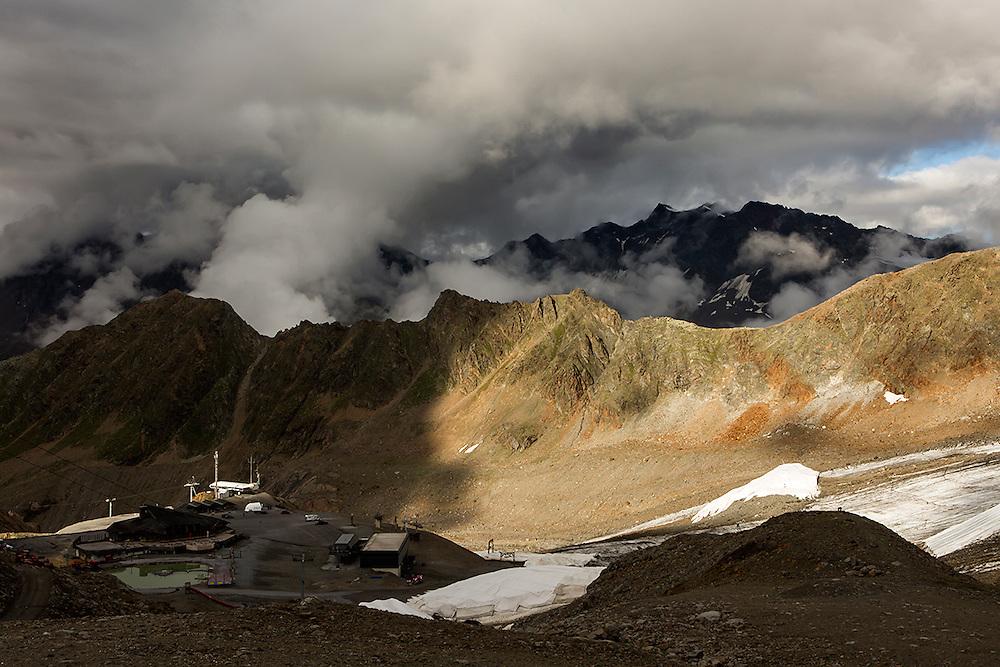 """Tijdens de eerste 2 weken van Augustus werd op een gletsjer in het Kaunertal, hoog in de bergen van Tirol, een Mars simulatie missie uitgevoerd onder de noemer AMADEE-15. Vijf speciaal getrainde """"astronauten"""" uit verschillende Europese landen hezen zich om beurten in de twee beschikbare ruimtepakken om o.a. geologische en astrobiologische experimenten uit te voeren, nieuwe technieken uit te testen en in het algemeen kennis en ervaring op te doen voor toekomstige echte bemande missies naar Mars. De missie werd georganiseerd door het Oostenrijkse ruimtevaartgenootschap ÖWF (Österreichisches Weltraum Forum), een verbond van professionals in de ruimtevaartindustrie, wetenschappers en mensen met een passie voor de ruimtevaart. foto: Bergen rondom de gletsjer van het Kaunertal waar de experimenten plaatsvinden. COPYRIGHT JURRIAAN BROBBEL"""