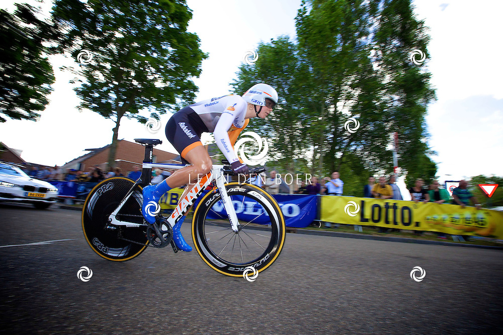 ZALTBOMMEL - Het NK tijdrijden is van start gegaan in Zaltbommel. Diversen amateurs, nieuwe en ook professionele wielrenners gaan hier van start vandaag. Met hier op de foto Thalita de Jong. FOTO LEVIN DEN BOER - KWALITEITFOTO.NL