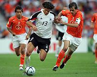 Fotball<br /> Euro 2004<br /> Portugal<br /> 15. juni 2004<br /> Foto: Witters/Digitalsport<br /> NORWAY ONLY<br /> Tyskland v Nederland 1-1<br /> Michael Ballack, Tyskland, og Phillipe Cocu, Nederland