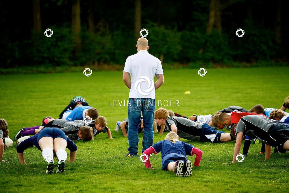 HILVERSUM - Rugby Academy MiddenOost presenteertde haar nieuwe ambassadeurs op het Comenius College. Met op de foto  rugby speler en trainer JayJay Boske geeft hier rugby lessen. FOTO LEVIN DEN BOER - PERSFOTO.NU