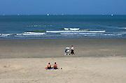 Belgie, Middelkerke, 6-7-2007Noordzeestrand in Middelkerke aan de Belgische kust met  wandelaars en badgasten. North Beach in Middelkerke on the Belgian coast with pedestrians and sunbathers.Foto: Flip Franssen/Hollandse Hoogte