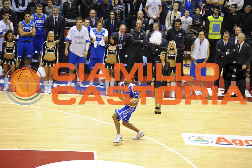 DESCRIZIONE : Milano Agos Ducato All Star Game 2011<br />GIOCATORE : James White<br />SQUADRA : All Star Team<br />EVENTO : All Star Game 2011<br />GARA : Italia All Star Team<br />DATA : 13/03/2011<br />CATEGORIA : schiacciata Slam Dunk Contest<br />SPORT : Pallacanestro<br />AUTORE : Agenzia Ciamillo-Castoria/GiulioCiamillo<br />Galleria : FIP Nazionali 2011<br />Fotonotizia :  Milano Agos Ducato All Star Game 2011<br />Predefinita :