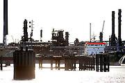 Nederland, Rotterdam, 24-10-2008Olieraffinaderij met opslagtanks in de Botlek.Rotterdam is in Europa de grootste importhaven en een van de grootste ter wereld voor overslag en raffinage van ruwe olie.  De aangevoerde olie wordt voor ongeveer de helft gebruikt door raffinaderijen van Shell, BP, Esso (Exxon Mobil), Kuwait Petroleum, en Koch. De rest wordt naar Vlissingen, Belgie en Duitsland overgeslagen.Foto: Flip Franssen/Hollandse Hoogte