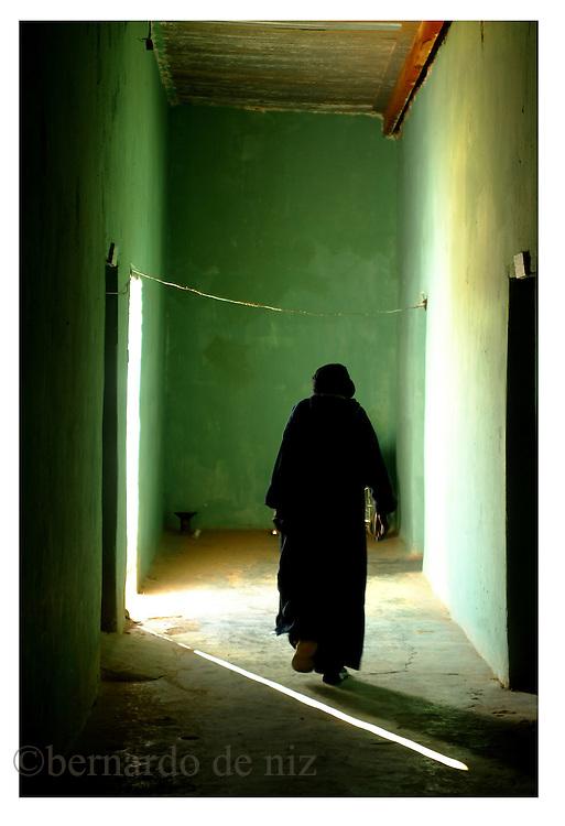 A Saharaui man walk in the refuge camps in Argelia on January 2005. Photo by Bernardo De Niz