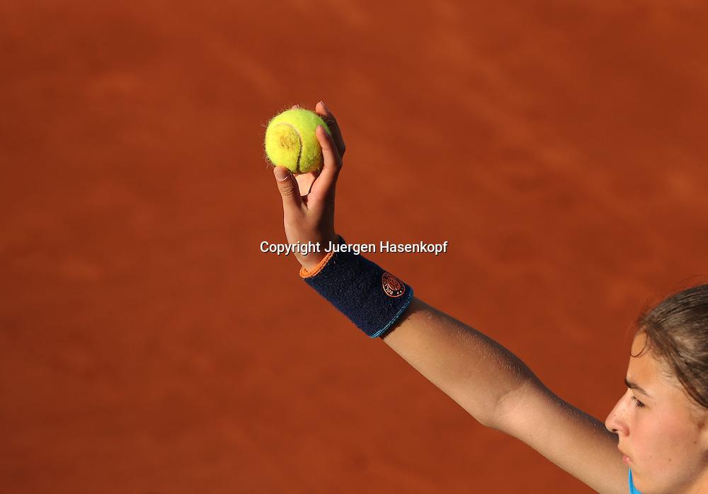French Open 2014, Roland Garros,Paris,ITF Grand Slam Tennis Tournament,<br /> Feature,Ballmaedchen haelt Ball hoch,Querformat,Detail,<br /> Nahaufnahme,Symbolfoto,