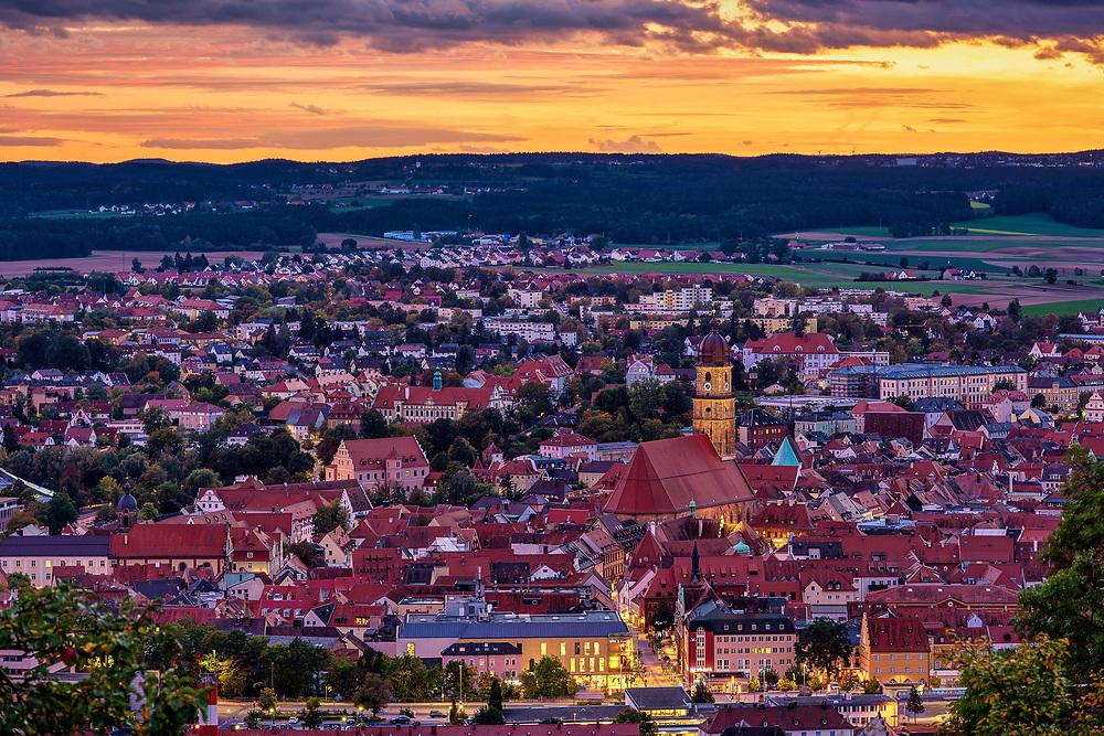 Blick bei Sonnenuntergang auf den Martinsturm und die Innenstadt von Amberg.