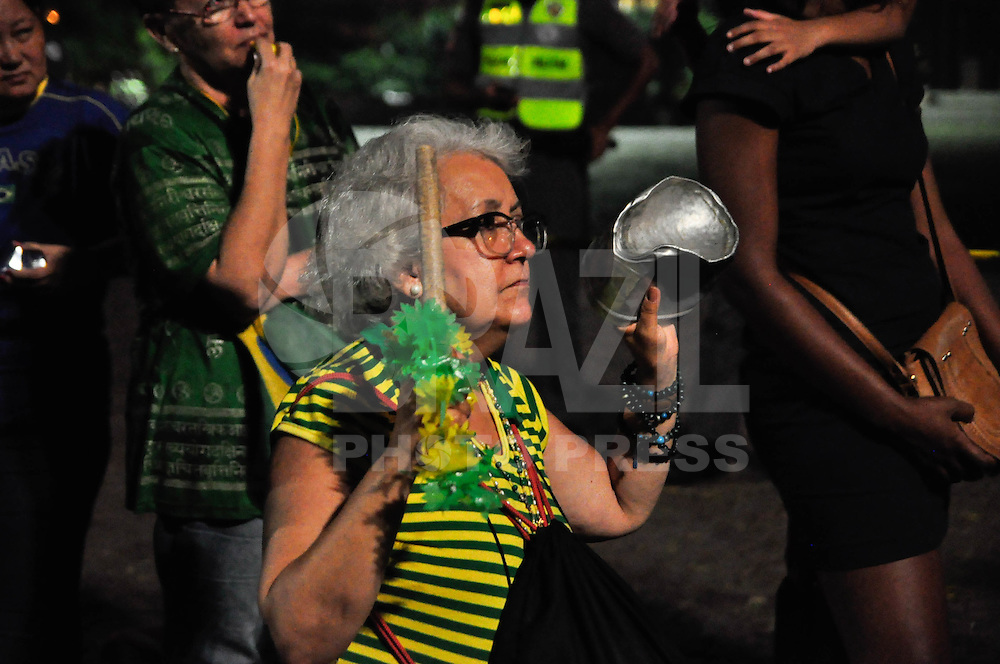 SÃO PAULO,SP, 17.04.2016 - PROTESTO-SP - Manifestantes favoráveis ao impeachment da presidente Dilma Rousseff concentrados na Avenida Paulista, em São Paulo, neste domingo, 17. O pedido de impeachment da oposição contra a presidente passará pela votação dos deputados em sessão marcada para esta tarde na Câmara dos Deputados. (Foto: Renato Gizzi / Brazil Photo Press)