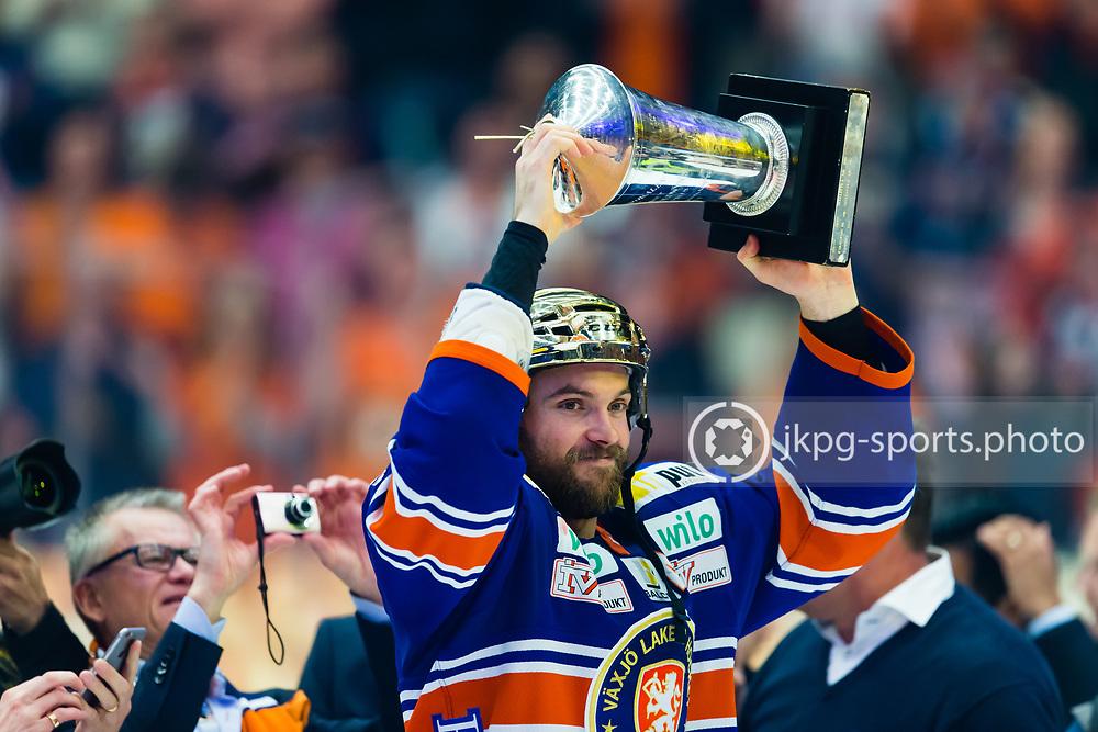 150423 Ishockey, SM-Final, V&auml;xj&ouml; - Skellefte&aring;<br /> Noah Welch, V&auml;xj&ouml; Lakers Hockey lyfter pokalen &quot;Le Mat&quot;.<br /> Noah uts&aring;gs &auml;ven till MVP och vann Stefan Liv memorial trophy.<br /> &copy; Daniel Malmberg/All Over Press