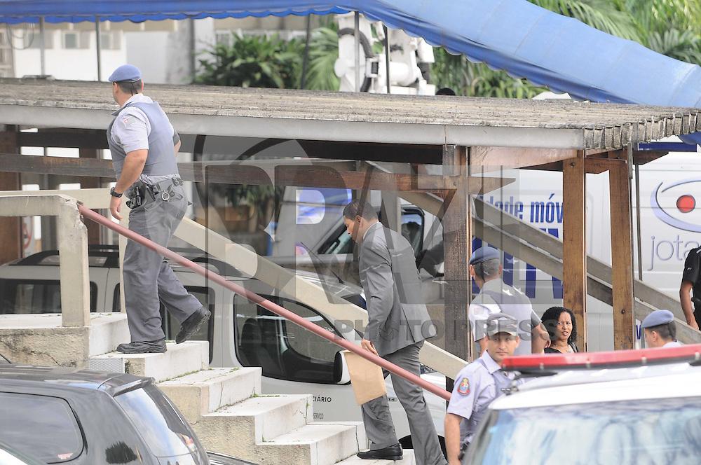 GUARULHOS , SP, 13 MARÇO 2013 - JULGAMENTO MIZAEL BISPO - O advogado e policial militar reformado, Mizael Bispo chega ao Fórum Criminal de Guarulhos, na Grande São Paulo, nesta quarta-feira (12). Mizael é acusado de matar a advogada Mércia Nakashima, em 23 de maio de 2010, na cidade de Nazaré Paulista. (FOTO: ADRIANO LIMA / BRAZIL PHOTO PRESS).
