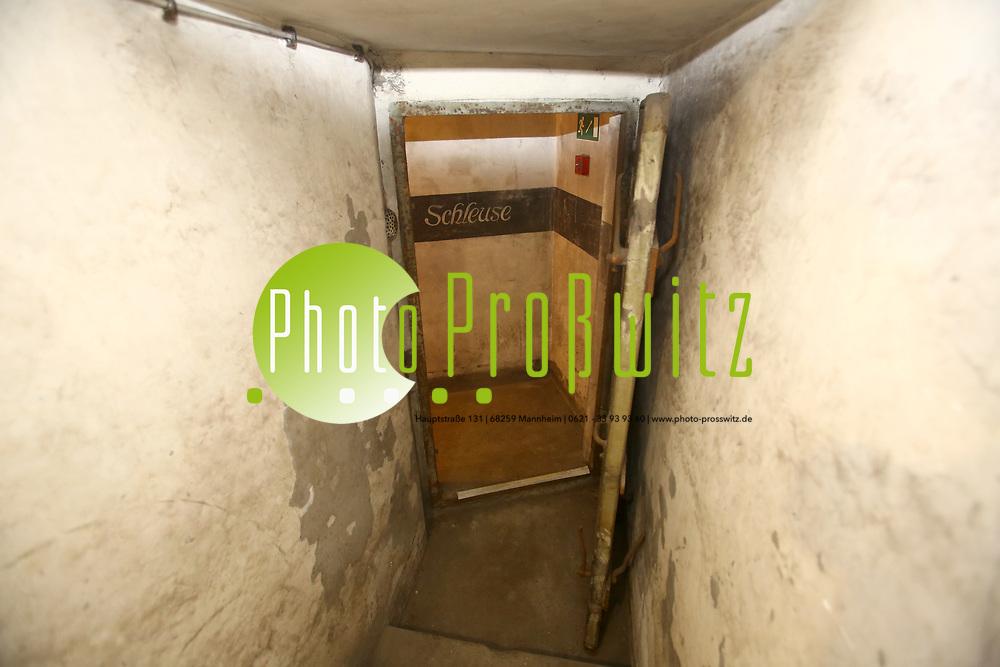 Mannheim. 26.08.17 | Industriekultur.<br /> Tage der Industriekultur:  Mannheims unterirdische Bunker. Fluchtorte im Krieg.<br /> - Tiefbunker unterhalb eines Geb&auml;udes der Universit&auml;t Parkring 39.<br /> Hier war die ehemalige Gro&szlig;herzogliche Rheinbau-Inspektion Mannheim.<br /> Kurz vor dem Zweiten Weltkrieg wurde 1939 im Keller unter dem eingeschossigen Anbau eine Bunkeranlage eingerichtet, die ausschlie&szlig;lich den Mitarbeitern und Bewohnern des Hauses Parkring 39 vorbehalten blieb und die mit allen Funktionsr&auml;umen fast komplett erhalten ist. Hierzu wurde die Kellerdecke um ca. 1 m verst&auml;rkt.<br /> <br /> <br /> BILD- ID 0061 |<br /> Bild: Markus Prosswitz 26AUG17 / masterpress (Bild ist honorarpflichtig - No Model Release!)