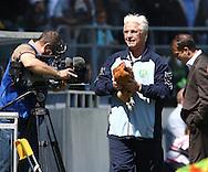 18-05-2008 Voetbal:ADO DEN HAAG:RKC Waalwijk:Waalwijk<br /> De haan is gevangen en wordt veilig teruggebracht<br /> Foto: Geert van Erven