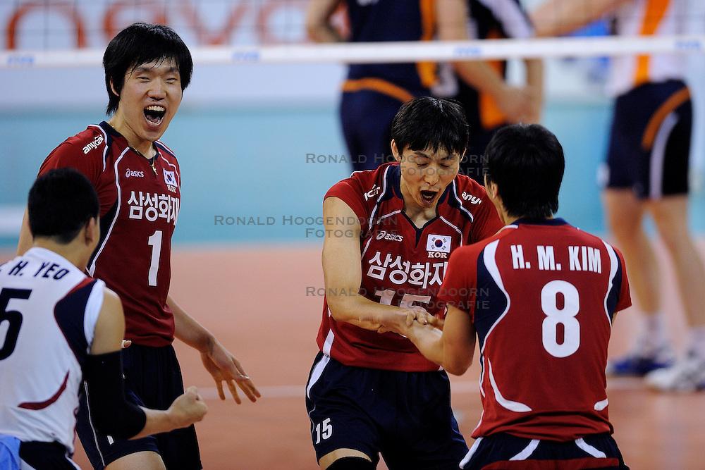08-07-2010 VOLLEYBAL: WLV NEDERLAND - ZUID KOREA: EINDHOVEN<br /> Nederland verslaat Zuid Korea met 3-0 / Hyun Yong Ha en Young Soo Shin<br /> &copy;2010-WWW.FOTOHOOGENDOORN.NL