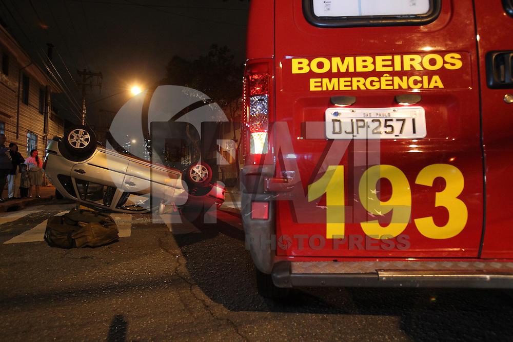 SAO PAULO, SP, 19/03/2013, ACIDENTE. Duas pessoas ficaram feridas em um acidente na Rua Irmã Carolina cruzamento com a Rua Marques de Abrantes no bairro do Belem. As vitimas ficaram retidas no veiculos capotou após a colisão. LUIZ GUARNIERI/ BRAZIL PHOTO PRESS.