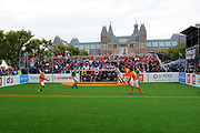 Koning Willem-Alexander heeft op het Museumplein in Amsterdam tegenover het Rijksmuseum het wereldkampioenschap voetbal voor dak- en thuislozen geopend. <br /> <br /> King Willem-Alexander on the Museumplein in Amsterdam, opposite the Rijksmuseum opened the World Cup for the homeless.