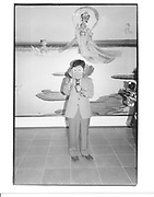 Kanji Murakami with stereoscopic camera. Mariko Mori exhibition opening. Serpentine Gallery. 30 June 1998. © Copyright Photograph by Dafydd Jones 66 Stockwell Park Rd. London SW9 0DA Tel 020 7733 0108 www.dafjones.com