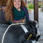 NLD/Hilversum/20181002 - Presentatie boederijboeken 2018, Katja Schuurman met koe