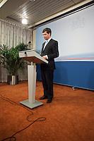 Nederland. Den Haag, 0 februari 2010.<br /> persverklaring Balkenende<br /> Premier Balkenende gaat het ontslag van zijn vierde kabinet indienen bij koningin Beatrix. Na een keiharde confrontatie in de ministerraad over de militaire missie in Uruzgan bleek rond vier uur 's nachts nog maar één conclusie mogelijk: aftreden.<br /> Foto Martijn Beekman