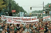 26 SEP 2000, BERLIN/GERMANY:<br /> LKW-Fahrer und Taxi-Fahrer protestieren auf der Strasse des 17. Juni vor dem Brandenburger Tor gegen die gestiegenen Kraftstoffpreise<br /> IMAGE: 20000926-01/01-37<br /> KEYWORDS: Trucker, Oeko-Steuer, Öko-Steuer, Demo, Demonstrant, Demonstration