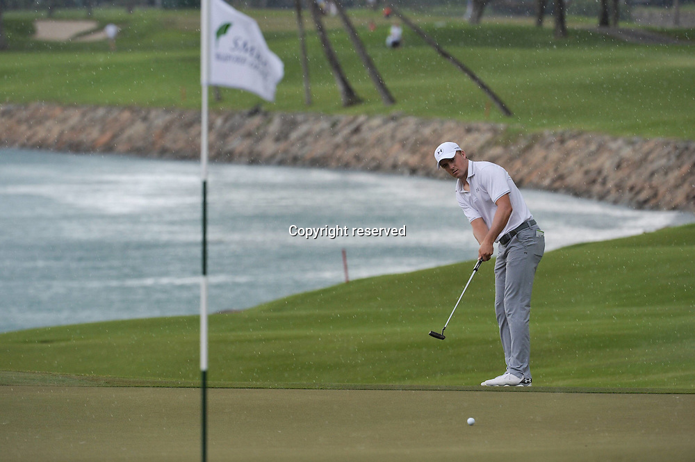 29.01.2016. Singapore.  Jordan Spieth of the United States putts a long putt during the SMBC Singapore Open held at Sentosa Golf Club Serapong course, Singapore, Jan. 29, 2016.