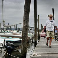 Verenigde Staten.Rockland.Piermont.9 augustus 2005.<br /> Bewoners van het Havenplaatsje Piermont aan de Hudson rivier zo'n 40 km buiten New York.<br /> Vele bewoners van Piermont en van New York hebben een boot in de haven liggen.Piermont is het 1e dorpje aan de Hudson rivier ten Westen van New York City.Haven.Vrije tijd.Ontspanning.Booteigenaar.recreatie.Sex.<br /> Archives 2005, in the marina of Piermont, New York USA.
