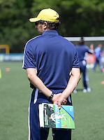 Fussball  FIFA Training 10.08.2013 Symbolbild, Trainer mit Lehrbuch