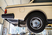 Dennis Dillon reparerar Carla Shetzlines Volvo 240. Tack vare att v&auml;garna i Portland inte saltas skonas bilar fr&aring;n rostangrepp. <br /> Alamo Automotive i Portland, Oregon, USA.<br /> Foto: Christina Sj&ouml;gren