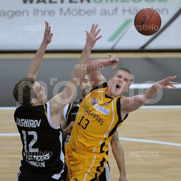 Basketball   1. Bundesliga 2010/2011  05.02.2011 Walter Tigers Tuebingen - EnBW Ludwigsburg  Anatoly Kashirov (li, Walter Tigers Tuebingen) gegen Johannes Lischka (re, Ludwigsburg)