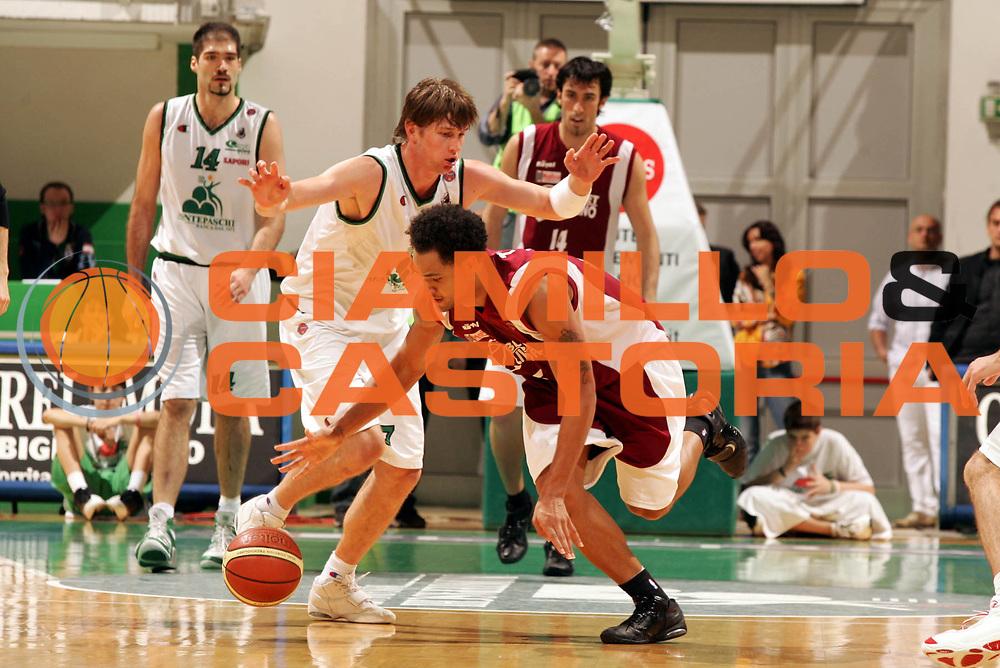 DESCRIZIONE : Siena Lega A1 2005-06 Montepaschi Siena Basket Livorno <br /> GIOCATORE : Troutman <br /> SQUADRA : Basket Livorno <br /> EVENTO : Campionato Lega A1 2005-2006 <br /> GARA : Montepaschi Siena Basket Livorno  <br /> DATA : 23/04/2006 <br /> CATEGORIA : Palleggio <br /> SPORT : Pallacanestro <br /> AUTORE : Agenzia Ciamillo-Castoria/P.Lazzeroni