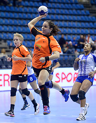 07-12-2013 HANDBAL: WERELD KAMPIOENSCHAP NEDERLAND - DOMINICAANSE REPUBLIEK: BELGRADO <br /> 21st Women s Handball World Championship Belgrade, Nederland wint met 44-21 / Sharina van Dort<br /> ©2013-WWW.FOTOHOOGENDOORN.NL