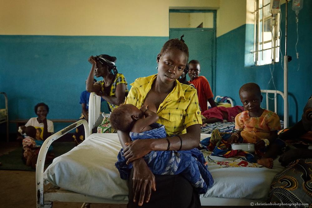 Mugwo Primary Helthcare Center. Tamara Akita hat Malaria.