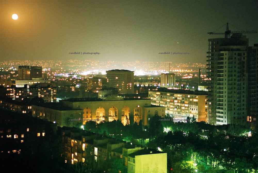 der aufgehende Mond über der Innenstadt der aserbaidschanischen Hauptstadt Baku. Baku at night.