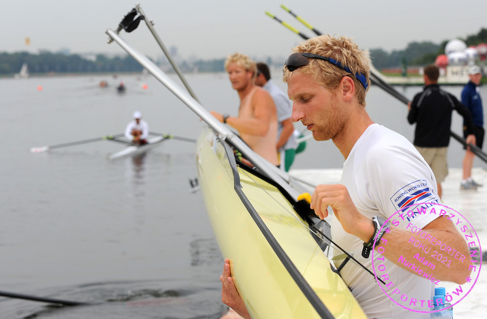 (L) ERIC MURRAY & (R) HAMISH BOND (NEW ZEALAND) MEN'S PAIR BEFORE MORNING TRAINING SESSION DURING DAY FOUR OF REGATTA WORLD ROWING CHAMPIONSHIPS ON MALTA LAKE IN POZNAN, POLAND...POZNAN , POLAND , AUGUST 26, 2009..( PHOTO BY ADAM NURKIEWICZ / MEDIASPORT )..PICTURE ALSO AVAIBLE IN RAW OR TIFF FORMAT ON SPECIAL REQUEST.