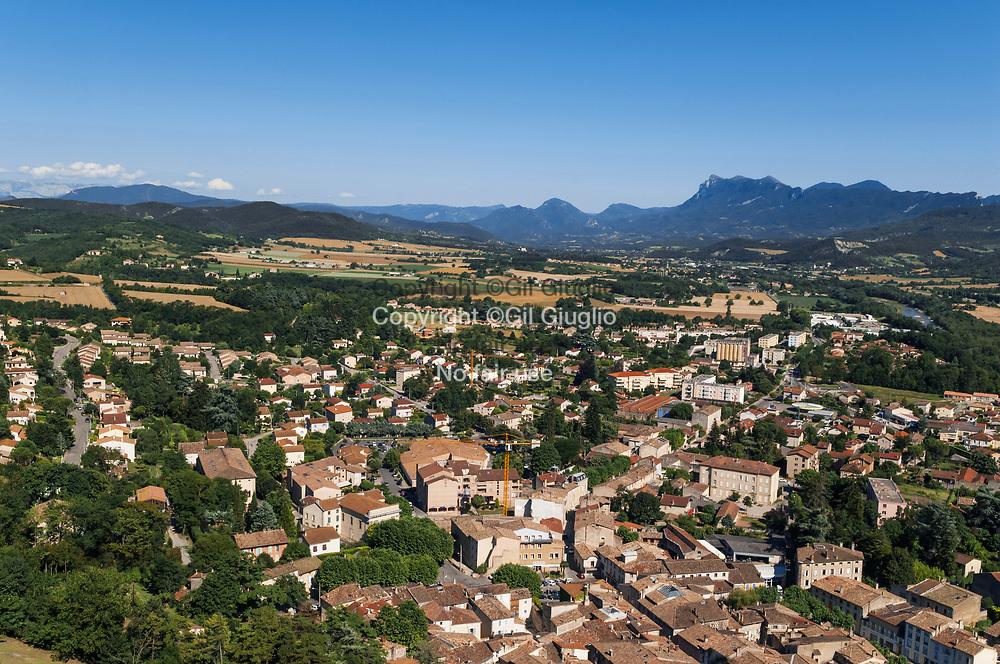 France, Auvergne-Rhône-Alpes, Drôme (26), vallée de la drôme et massif du Vercors depuis le sommet de la tour medieval de Crest (52 mètre)  // France,  Auvergne Rhone Alpes region, department of Drome, Drome valley and Vercors mounts from the top of the Crest medieval tower (174 feets))