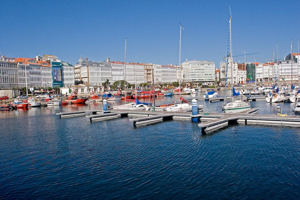 """Vista de la Avenida de la Marina desde la Dársena, con las galerías de estilo típico """"coruñés""""."""