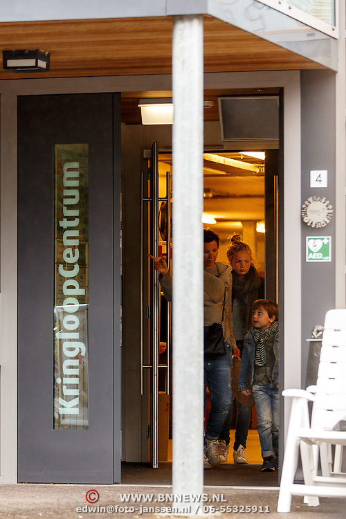 NLD/Eemnes/20150411 - Styliste Dyanne  Beekman verlaat de Kringloopwinkel in Eemnes,