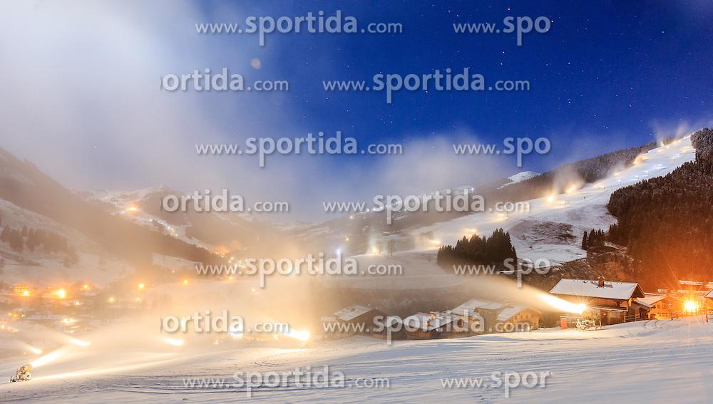 24.11.2015, Saalbach, AUT, Beschneiungsanlagen im Skicircus Saalbach Hinterglemm Leogang Fieberbrunn, im Bild Blick auf Saalbach mit den umliegenden Pisten in der Nacht. Etwa 1000 Schneeerzeuger (750 Schneekanonen und 250 Schneelanzen) kommen dabei im grössten Skigebiet Österreichs zum Einsatz // Snow making machines stand on a slope. Around 1,000 Snow making machines (750 snow cannons and 250 snow lances) in the largest ski Ressort in Austria are used to make white slopes, Saalbach, Austria on 2015/11/24. EXPA Pictures © 2015, PhotoCredit: EXPA/ JFK
