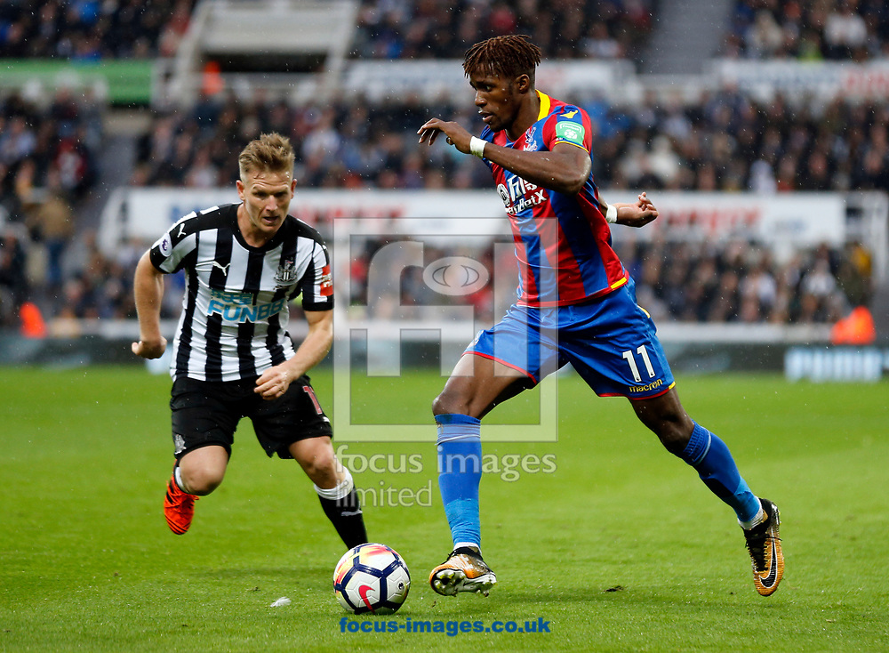 Matt Ritchie (l) of Newcastle United and Wilfried Zaha of Crystal Palace during the Premier League match at St. James's Park, Newcastle<br /> Picture by Simon Moore/Focus Images Ltd 07807 671782<br /> 21/10/2017