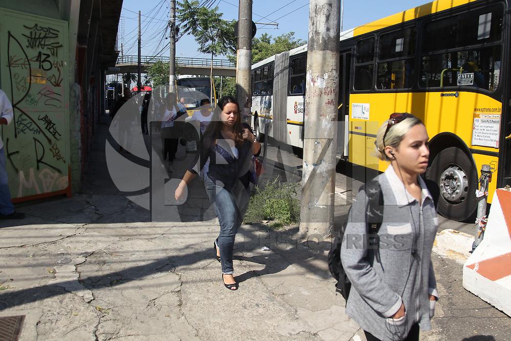 SAO PAULO, SP, 20/05/2014, GREVE ONIBUS SAO PAULO. Motorista e cobradores cruzam os bracos na ruas centrais de Sao Paulo, no final da manha dessa terca-feira (20). A Radial Leste tambem esta travada pelo motorista em greve, passageiros seguem o trajeto a pe. LUIZ GUARNIERI/BRAZIL PHOTO PRESS.
