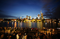 Feature Skyline Frankfurt a. M.          Tausende Besucher warten am Ufer des Mains auf die Show der SkyArena. Zur Feier der Fussball-Weltmeisterschaft werden in Frankfurt am Main nachts ueberdimensionale Fotos der vergangenen Fussball-Weltmeisterschaften auf die Skyline der Stadt projeziert, untermalt mit Musik und Lichteffekten.