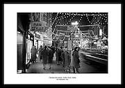 Juledekorasjoner på Grafton Street i Dublin, 1961. Gammelt bilde av Irland, som viser.dekorasjonene på 1960 tallet.
