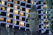 Hotel und Al-Bahri-Moschee, Dämmerung, Seepromenade, Tiberias, See Genezareth, Galiläa, Israel.|.hote and Al-Bari mosque, dusk, lakeside promenade, Tiberias, Sea of Galilee, Galilee,  Israel.