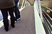 Nederland, Nijmegen, 14-2-2014 Sinds kort ligt er langs de Waal en over de toegang het meertje waar woonboten liggen, een bruggetje, voetgangersbrug, die het centrum van de stad verbindt met de stadswaard in de Ooijpolder. De brug heet Ooijpoort. Hiermee is een aantrekkelijke wandelroute gemaakt met het natuurgebied. verliefde stelletjes, paren,paartjes, hebben er al liefdesslotjes aan gehangen.Foto: Flip Franssen/Hollandse Hoogte