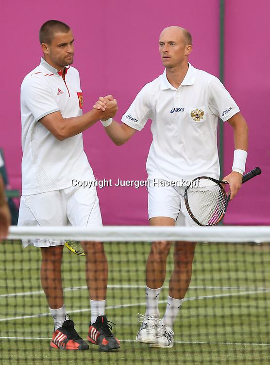 Olympiade,Wimbledon,AELTC,London 2012.Olympic Tennis Tournament,,Herren Doppel,.L-R Mikhail Youzhny und Nikolay Davidenko (beide RUS) die Sieger,.Ganzkoerper,Hochformat,