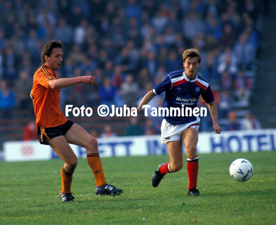 03.10.1987, Dens Park, Dundee, Scotland..Scottish League, Dundee FC v Dundee United.Ian Redford (Dundee United - left) v Alan Lawrence (Dundee).©JUHA TAMMINEN