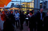 03 JUL 2003, BERLIN/GERMANY:<br /> Sommerumtrunk der Zeitschrift Berliner Republik, im Hintergrund: Reichstagsgebaeude und Paul-Loebe-Haus, BundesPresseStrand<br /> IMAGE: 20030703-05-007<br /> KEYWORDS: Sommerfest, Gastronomie, Bar, Paul-Löbe-Haus