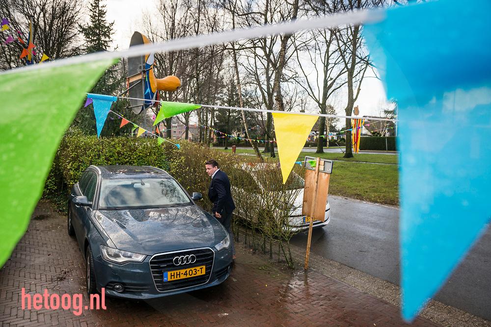 """Nederland,   Oldenzaal  02feb2018 Van huis in de auto naar kantoor om wat papieren te halen en dan snel  door naar een bezichtiging van een pand. Het werk gaat door - Han van Benthem, in het dagelijks leven Makelaar in Oldenzaal,  is dit jaar Stadsprins van Oldenzaal voor Carnavalsvereniging """"De Kadolstermennekes"""" . Hier thuis (met zijn vrouw Cindy) en op zijn werk gevolgd in aanloop naar het grote feest. Vandaag 02feb vindt er 's avonds  het' Boeskool of the Proms' plaats in Dans- en Partycentrum Rouwhorst.        Fotografie: Cees Elzenga/hetoog.nl  CE20180202 Editie: Alle"""
