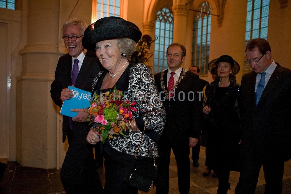 Koningin Beatrix tijdens de Unicef Kinderrechtentop in Leiden, Netherlands op November 20, 2009. Op 20 november 1989 werd het Verdrag voor de Rechten van het Kind aangenomen in de Verenigde Naties. Een mijlpaal in de pogingen om een betere wereld voor kinderen te creëren. Met de kinderrechtentop viert UNICEF de 20e verjaardag van het verdrag. (photo by Michel de Groot)