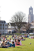 Mensen genieten in park Lepelenburg in Utrecht van het mooie weer.<br />