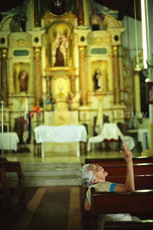Vieille femme dans une eglise du Panama